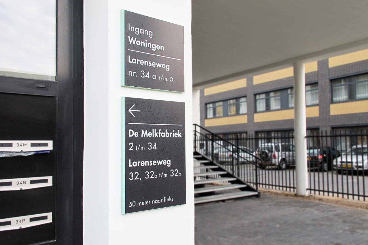 De Melkfabriek verwijsbord ingang   Groeneveld Sign Systems