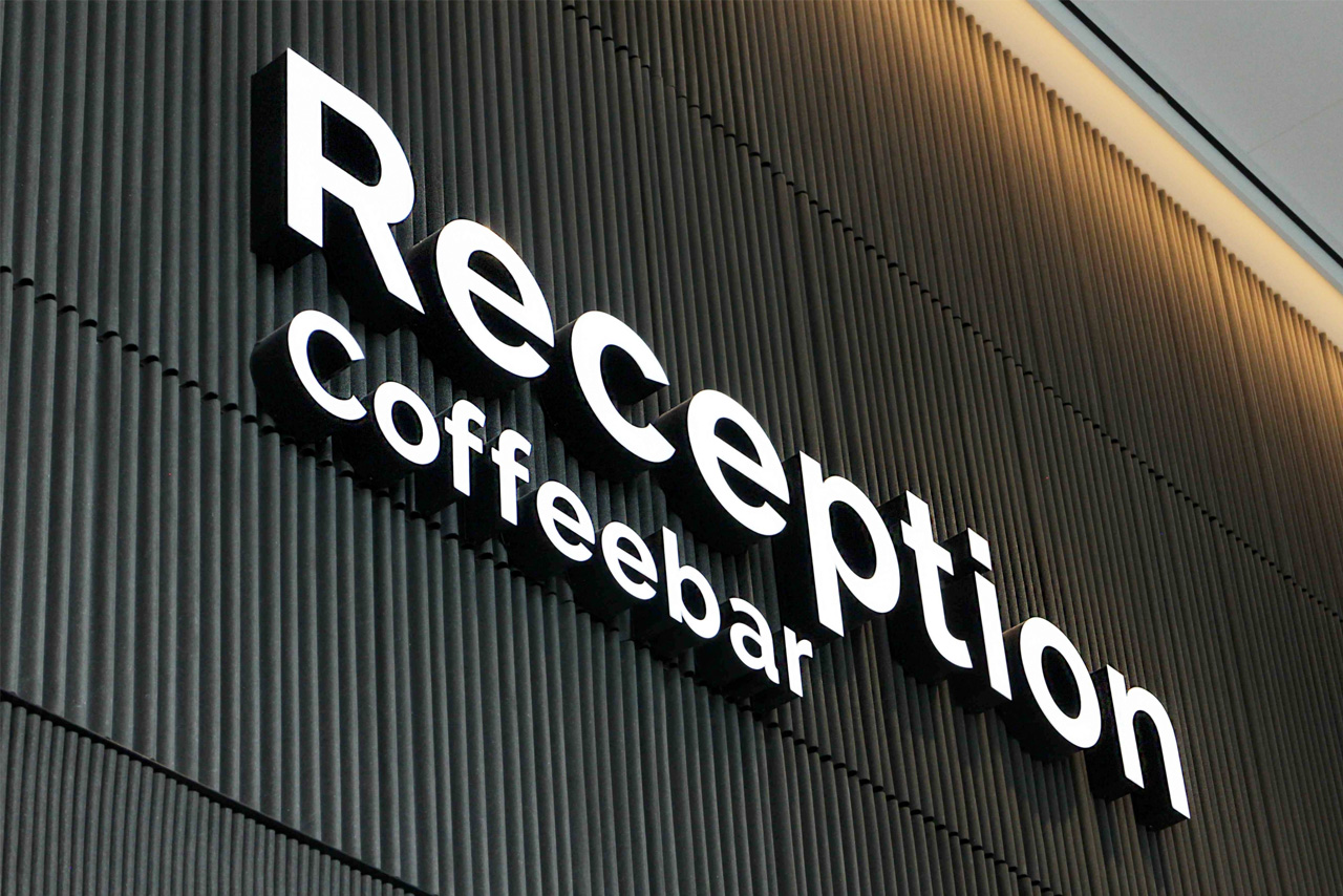 Five 55 reception and coffeebar | Groeneveld Sign Systems