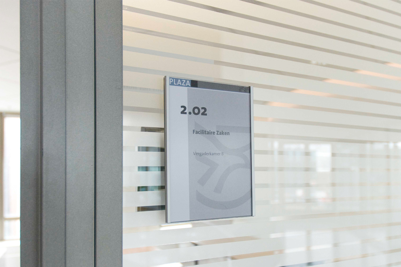 Provinciehuis Flevoland vergaderkamer aanduiding   Groeneveld Sign Systems
