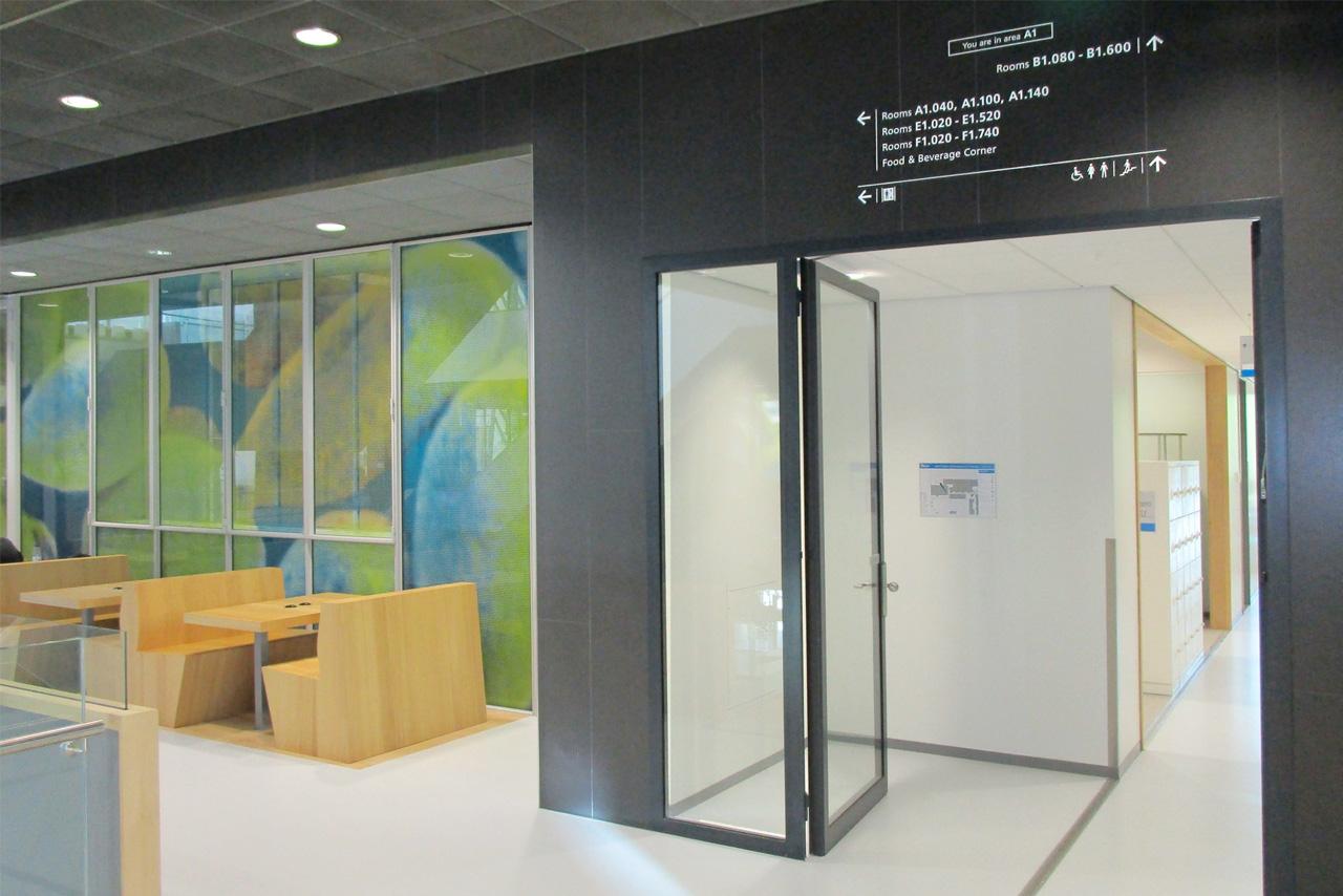 TU Delft TNW verwijzing boven de deur   Groeneveld Sign Systems