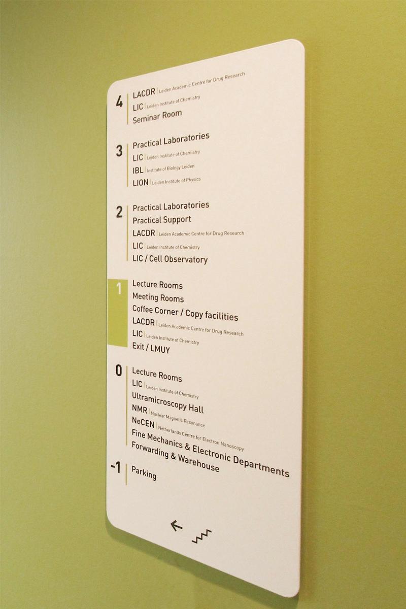 Universiteit Leiden verwijsbord bij de lift   Groeneveld Sign Systems