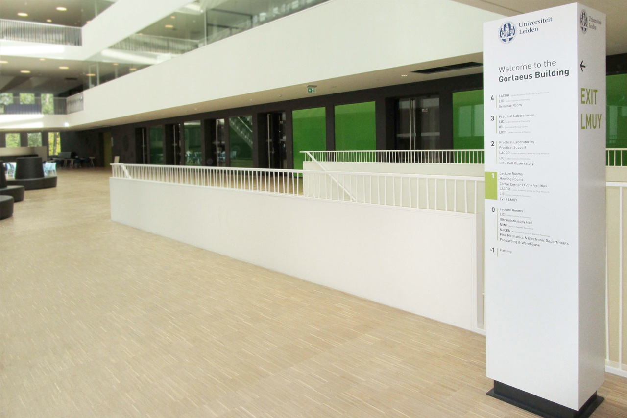 Universiteit Leiden zuil Gorlaeus Building   Groeneveld Sign Systems